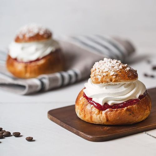 Who could resist the sweet temptation of the Finnish sledging day bun, filled with cream and – oh, should it be jam or marzipan? . Tuck in and join the debating locals at @stgeorgebakery. Open every day from 8 a.m. till 6 p.m. . #laskiainen #laskiaispulla #momentsaremore #myhelsinki #stgeorgebakery
